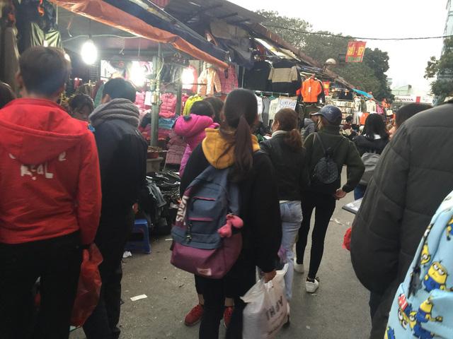 Đa phần khách hàng ở chợ sinh viên đều là nữ, sinh viên các trường cao đẳng, đại học tại Hà Nội.