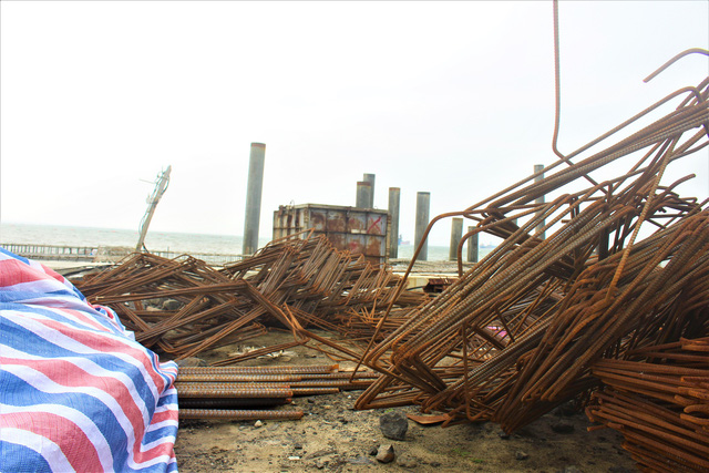 Trong thời gian chờ đợi kết luận về việc khai quật con tàu cổ, nguyên vật liệu thi công bến cảng số 3 của Công ty TNHH MTV Hào Hưng Quảng Ngãi hầu như đã rỉ sét toàn bộ. (Ảnh: Hồng Vân)