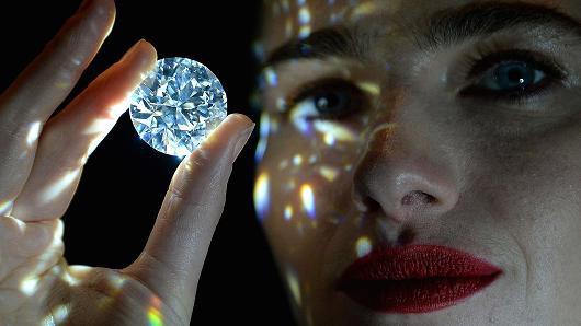 Đấu giá viên kim cương đẹp không tì vết giá gần 34 triệu USD