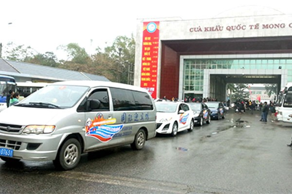 Xe du lịch tự lái của khách du lịch Trung Quốc vào Móng Cái