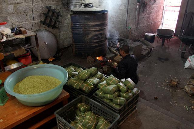 Điểm khác biệt của bánh chưng Bờ Đậu so với các làng nghề khác là hoàn toàn được gói bằng tay, không cần sử dụng khuôn