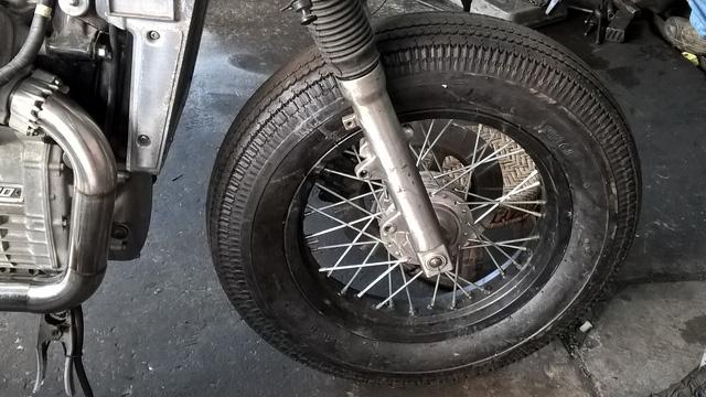 Nhiều cửa hàng xe máy cũng độ xe. Chiếc bánh xe được độ xong. Chiếc bánh này có giá khoảng 8 triệu đồng.