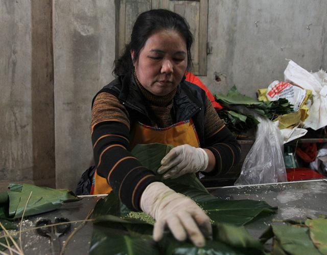 Một hộ sản xuất bánh chưng Bờ Đậu đang tất bật hoàn thành các đơn hàng cuối năm