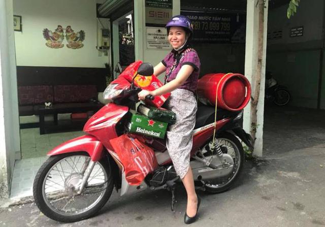 Nhiều người thấy chị Linh chở bình gas về nhà thì cứ nghĩ chị Linh đùa.