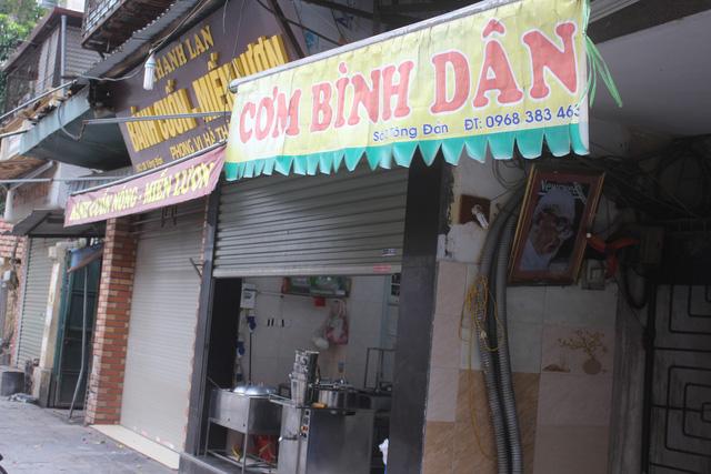 Một dãy quán cơm, bánh cuốn, miến lươn trên phố Tông Đản, Hà Nội cũng chưa mở hàng. (Ảnh: Hồng Vân)