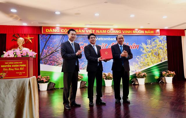 Thủ tướng Nguyễn Xuân Phúc thăm, gặp mặt cán bộ, nhân viên Vietcombank. Ảnh: Lê Hồng Quang