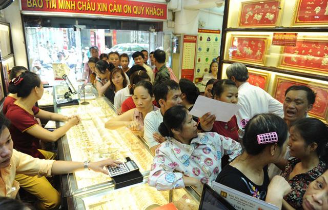 Người dân đổ xô đi mua vàng ngày ví Thần Tài (Ảnh minh họa)