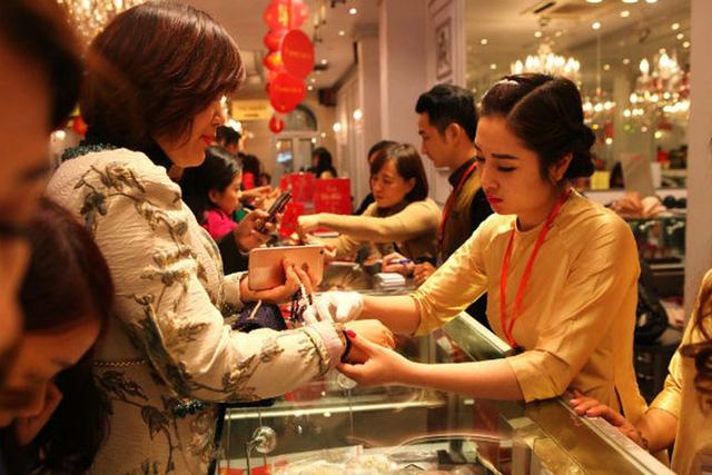 Người mua vàng thường phải đối mặt với nguy cơ lỗ khi mua vàng ngày vía Thần Tài (Ảnh minh họa)