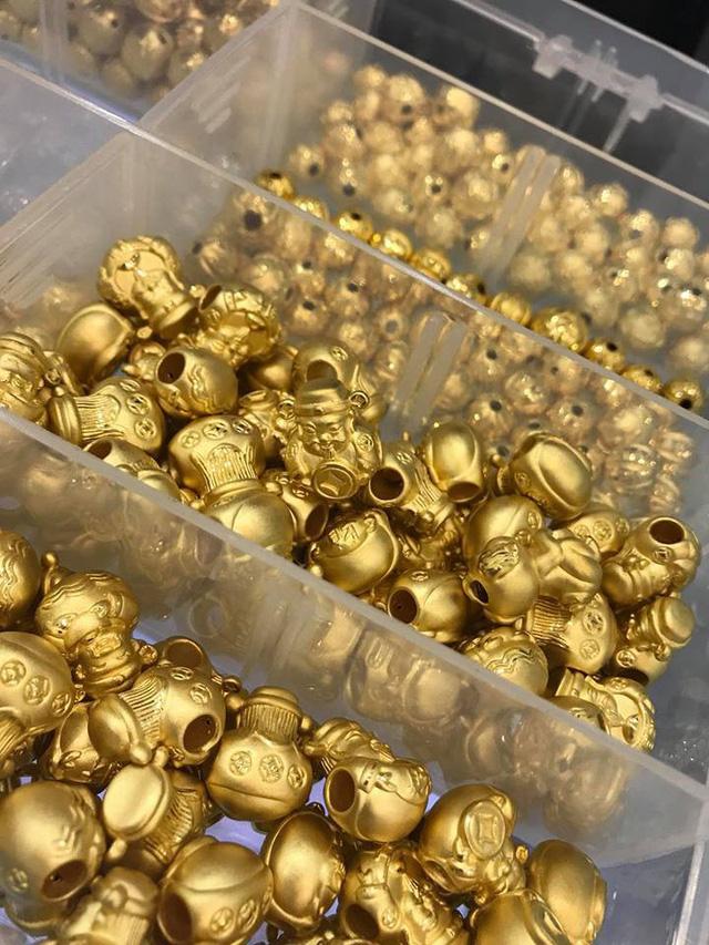 Năm nay, sản phẩm vàng có rất nhiều mẫu mã. Cùng một sản phẩm ông Lộc hay vàng lá nhưng mỗi cửa hàng lại có những thiết kế riêng, độc đáo để phù hợp với thẩm mỹ của nhiều người.