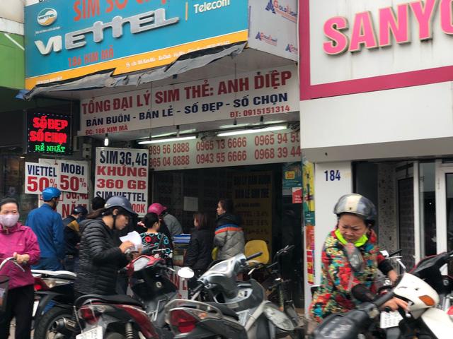 Trên đường Kim Mã, các đại lý bán thẻ tấp nập người ra kẻ vào