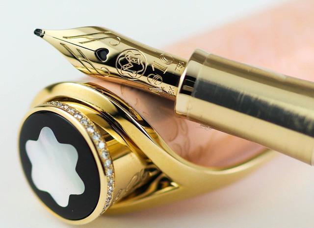Một chiếc bút máy của hãng Montblanc có giá 298.000 USD. (Nguồn: SCMP)