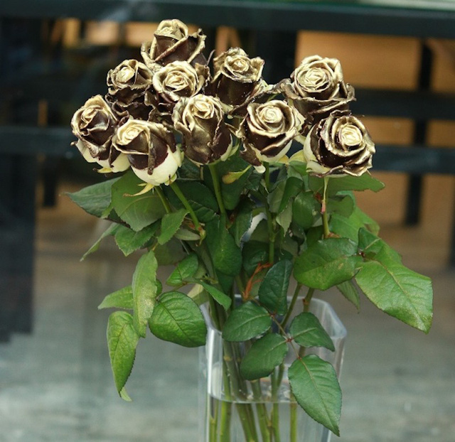 Hoa hồng phủ socola màu nhũ vàng