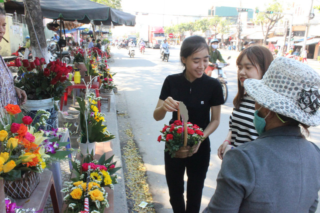 Tại các sạp hoa do các bạn sinh viên tổ chức bán cũng khá nhiều khách hàng đến lựa chọn