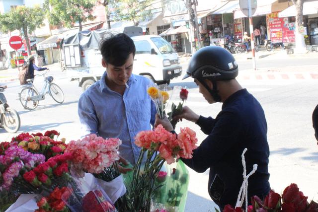 Không khí mua bán tại các shop hoa tươi rất nhộn nhịp