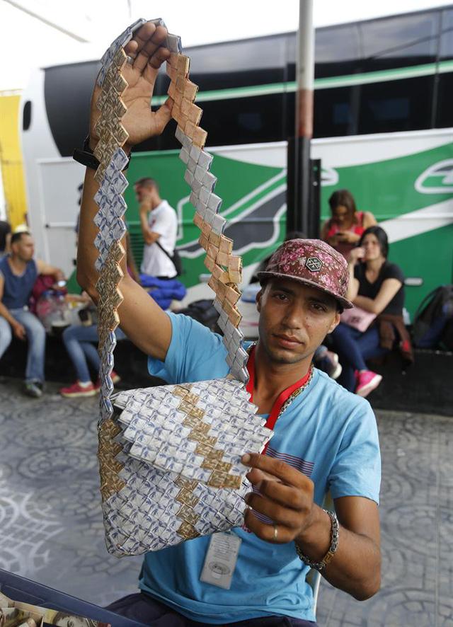 Một chiếc túi xách được làm từ đồng bolivar. (Nguồn: Borneo Bulletin)