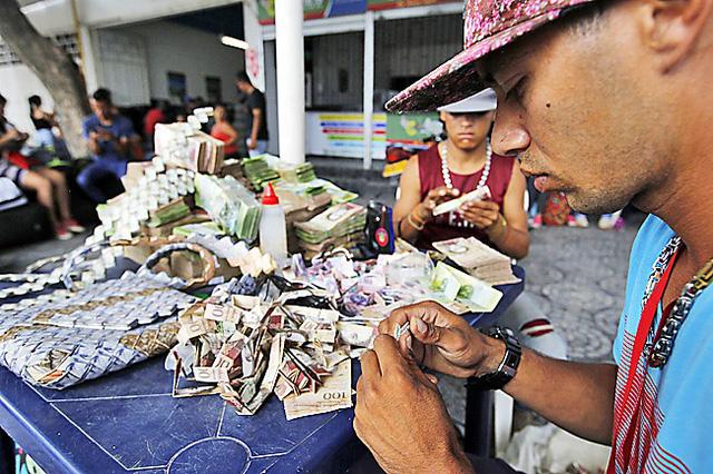 Tiền giấy Venezuela vô giá trị, dân dùng làm giấy gấp thủ công