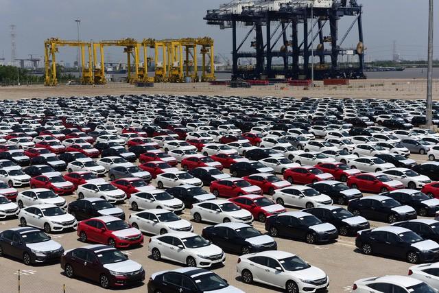 Doanh số bán xe của doanh nghiệp trong nước giảm mạnh trong tháng 2/2018, nguyên nhân là do nằm trong tháng nghỉ Tết và người dân cất tiền chờ xe không thuế.