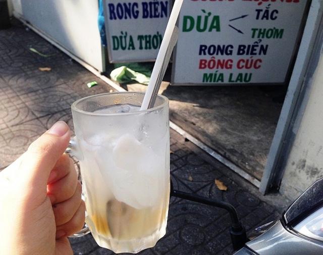 Một ly dừa thơm mát lạnh trong cái nắng oi bức ở TPHCM.