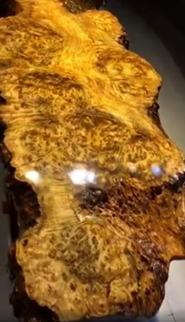 Một phần của chiếc bàn trà u Long não dài tới 2,5 mét được làm từ gỗ nguyên khối