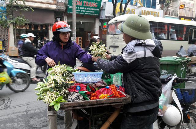 Hoa bưởi rất thơm nên người mua thường mua về thắp hương, ngắm hoa hoặc để ướp hương bưởi