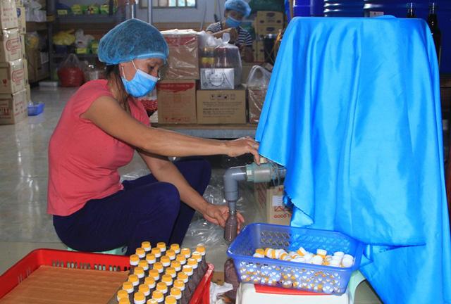 Ngoài sản xuất nước mắm, xưởng sản xuất của Lê Anh còn muối mắm tôm, mắm tép quy mô lớn.