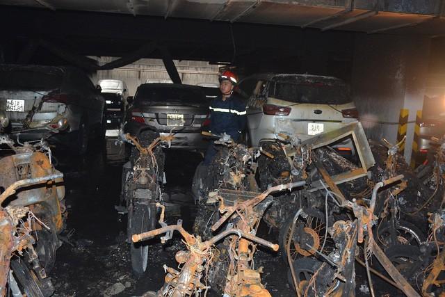 Hàng trăm chiếc xe bị thiêu rụi trong vụ cháy chung cư Carina Plaza tại TPHCM vừa qua.