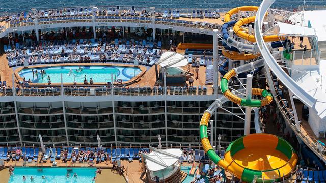 Bể bơi ở tầng 2 và tầng 3 của siêu du thuyền Symphony of the Seas.