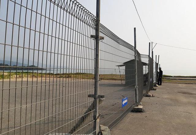 Hàng rào còn được gia cố thêm bằng tôn bịt sát ngay trước mặt tiền nhà dân ở làng chài Nam Ô. Người dân thậm chí còn không thể nhìn xuống bãi biển.