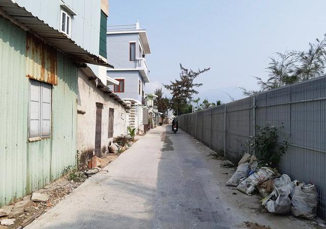 Từ chốt trực ở cuối đường Nguyễn Tất Thành, hàng rào thép được dựng lên bao quanh dự án