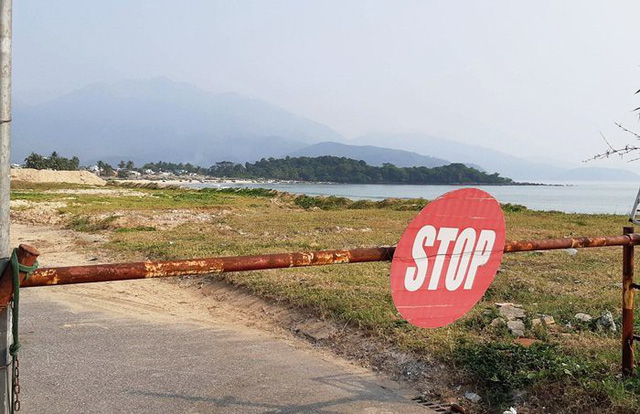 Chốt chặn ngay cuối đường Nguyễn Tất Thành (quận Liên Chiểu), đoạn giáp ranh với dự án của Tập đoàn Trung Thủy. Tại đây có bảo vệ túc trực hàng ngày.