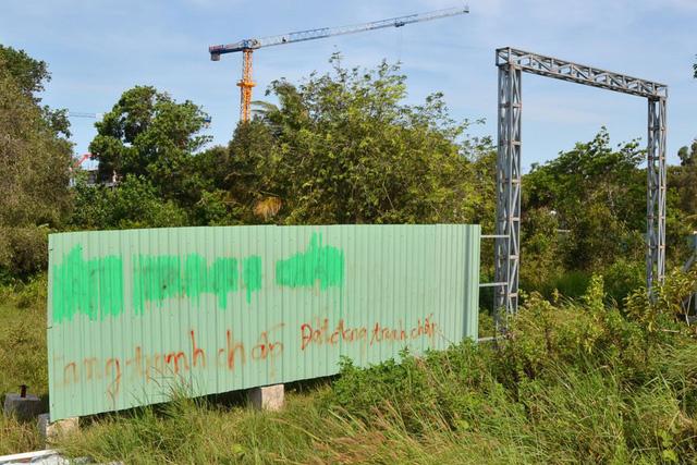 Những câu chữ nguệch ngoạc trên một mảnh đất đang được rao bán tại Phú Quốc. Ảnh: THANH MAI