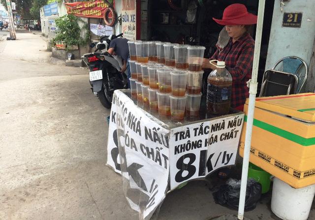 """Các điểm bán trà tắc """"nở rộ"""" khắp mọi nơi ở TPHCM. Trong ảnh, một điểm bán trà tắc trên đường Thoại Ngọc Hầu (quận Tân Phú)"""