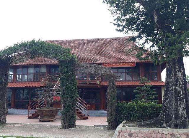 """Trong khu đất trang trại kinh tế tổng hợp cá - lúa còn được xây dựng nhà """"Bảo tàng gốm Tam Thọ"""" để trưng bày những hiện vật."""
