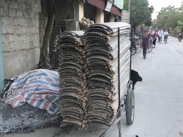 Tại làng nghề bánh đa nem này, người dân vẫn thường phơi ngay ngoài đường nhiều bụi bặm