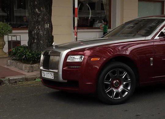 Chiếc Rolls-Royce Ghost này đã được đeo biển số 75.