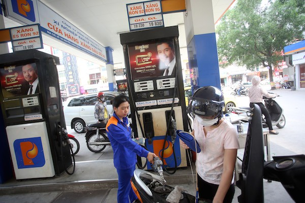 Ai đã đồng ý tăng kịch trần thuế môi trường với xăng dầu?