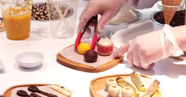 Những nguyên liệu sang chảnh được chuẩn bị để trang trí lên cây kem. (Nguồn: CNBC)