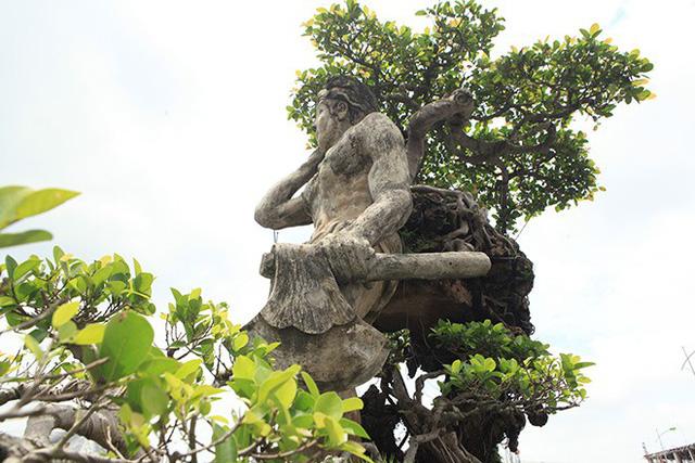 Từ chính câu chuyện của cuộc đời mình, cách đây 20 năm, ông Thạo và vợ đã quyết định làm tác phẩm Thạch Sanh với kết cấu hình tượng một người đàn ông khỏe mạnh, lực lưỡng, mình trần, đóng khố, tay mang rìu, vai địu một cây si đá, đôi mắt sáng ngời, chân cứng đá mềm, khuôn mặt vui tươi…