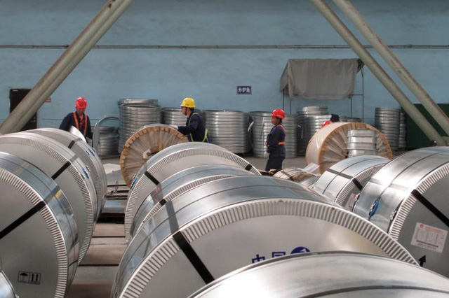 Hải quan Mỹ sẽ thu thuế chống bán phá giá 199,76% và thuế chống trợ cấp 256,44% đối với thép cuộn cán nguội được sản xuất tại Việt Nam có nguồn gốc từ Trung Quốc. (Nguồn: Muyu Xu/File Photo)