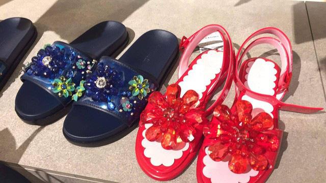 2 mẫu dép hoa nhựa được bày bán trong store của Zara với giá 800 ngàn - 1 triệu VNĐ/đôi.