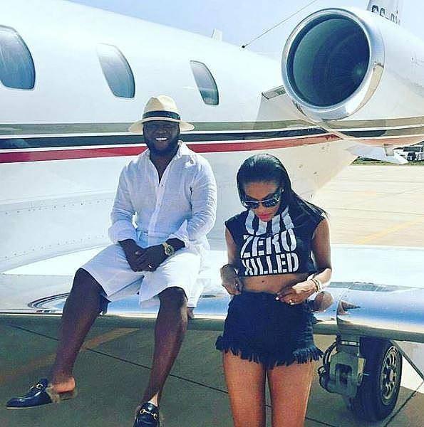 Hai vợ chồng giàu có tại Châu Phi tạo dáng trên cánh một chiếc máy bay riêng của họ.