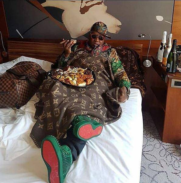 Người đàn ông giàu có đang nằm trong khách sạn 5 sao với đồ ăn ngon, rượu và xì gà hảo hạng.