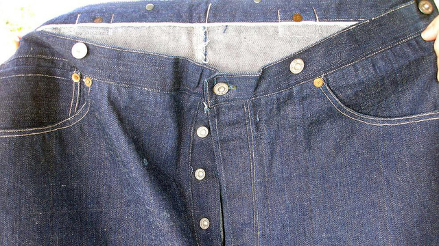 Cận cảnh chiếc quần jeans được một đại gia Đông Nam Á mua với giá gần 2,3 tỷ đồng. (Nguồn: WJLA)