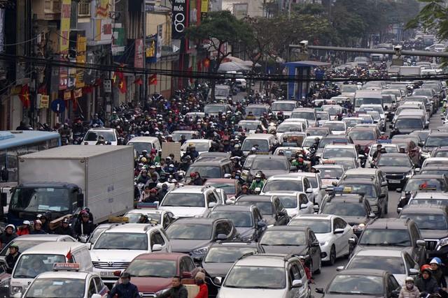 Hình ảnh tắc đường thường thấy vào giờ cao điểm tại Hà Nội, TPHCM.
