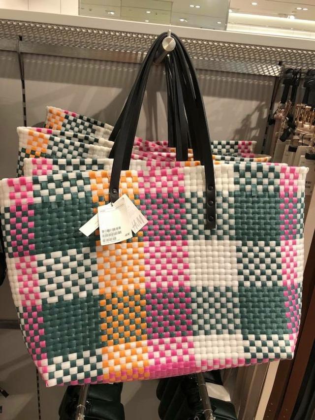 Một chiếc túi khác có kiểu dáng rất giống những chiếc làn đi chợ của các mẹ