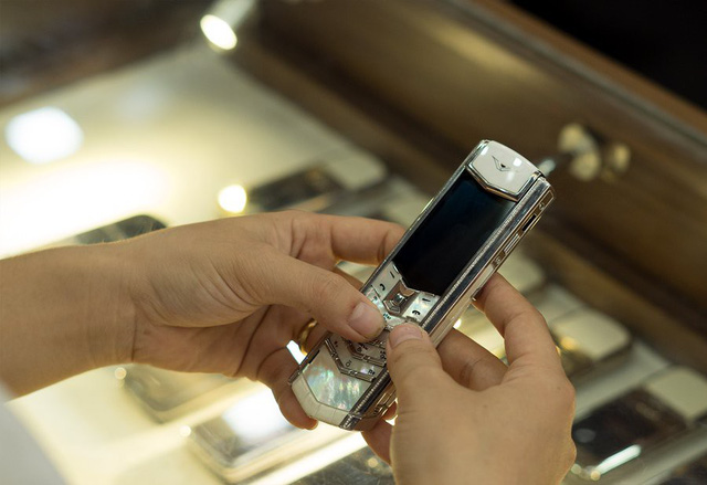 Chiếc điện thoại Vertu được thiết kế tinh xảo từ các chất liệu quý hiếm, độc đáo.