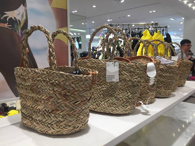Túi được bày bán trong trung tâm thương mại (Ảnh Facebook)