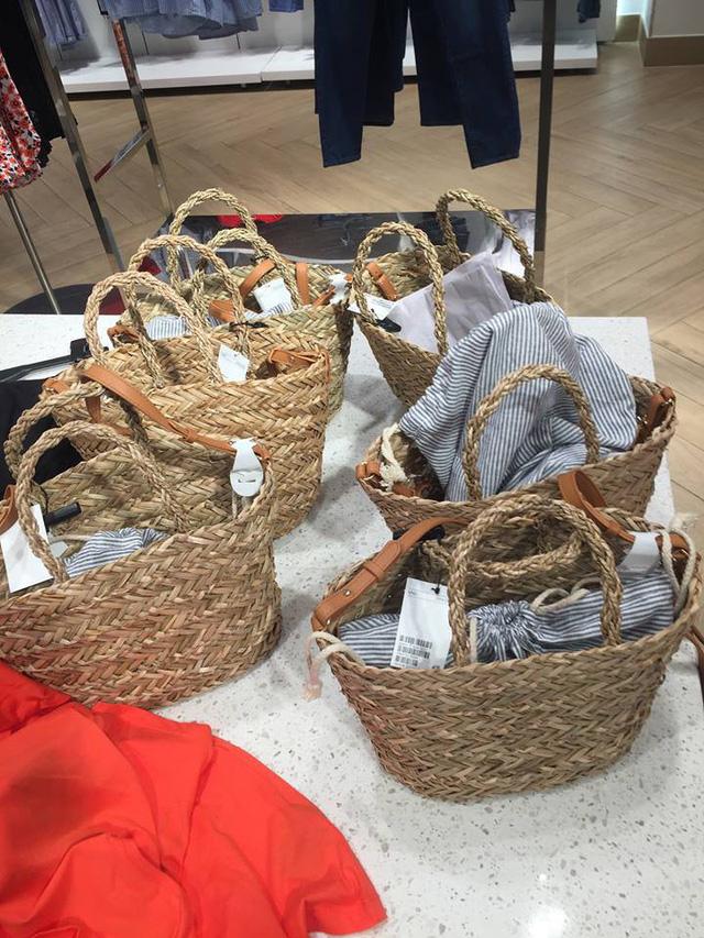 Bên trong cũng đơn giản như chiếc túi đi chợ của các bà ngày xưa (Ảnh Facebook)