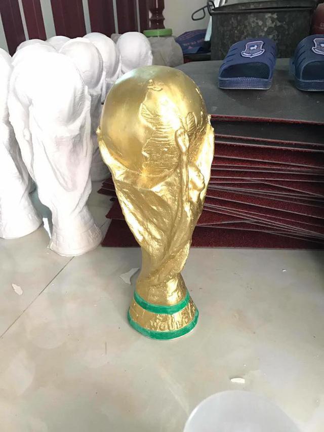 Mỗi nhà trong làng lại có một khuôn riêng để làm, nên không tránh khỏi sự cố sai chữ như World Cup thành Would Cup