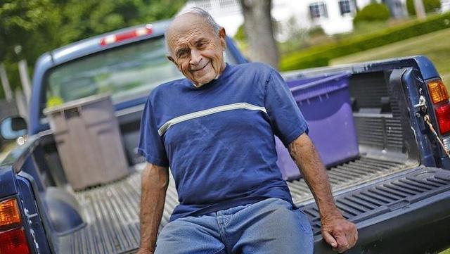 Ông Joe Elisii bên cạnh chiếc xe bán tải mà ông dùng để đựng chai nhựa, lon,... ông nhặt được mỗi ngày. (Nguồn: Greg Derr/The Patriot Ledger)